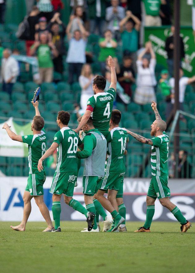 Radost fotbalistů Bohemians ze záchrany mezi elitou byla po utkání s Opavou obrovská. Nad hlavami spoluhráčů střelec jediného gólu domácích Josef Jindřišek.