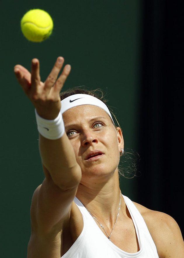 Česká tenistka Lucie Šafářová podává v zápase s Američankou Bethanií Mattekovou-Sandsovou.