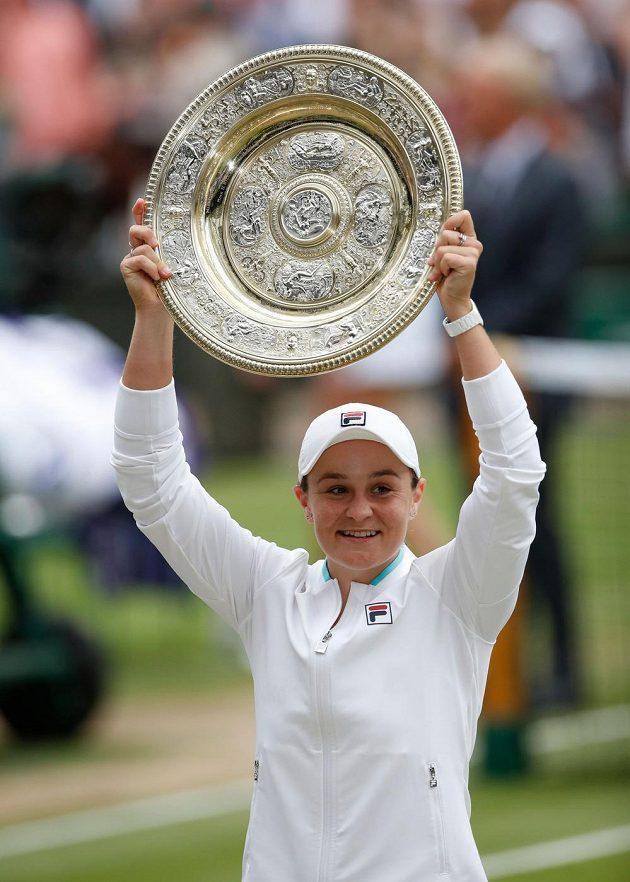 Radující se Ashleigh Bartyová s tradiční trofejí pro vítězku Wimbledonu.