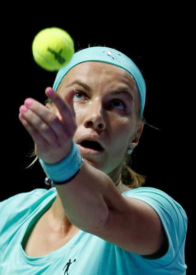 Světlana Kuzněcovová servíruje v zápase s Karolínou Plíškovou na Turnaji mistryň.