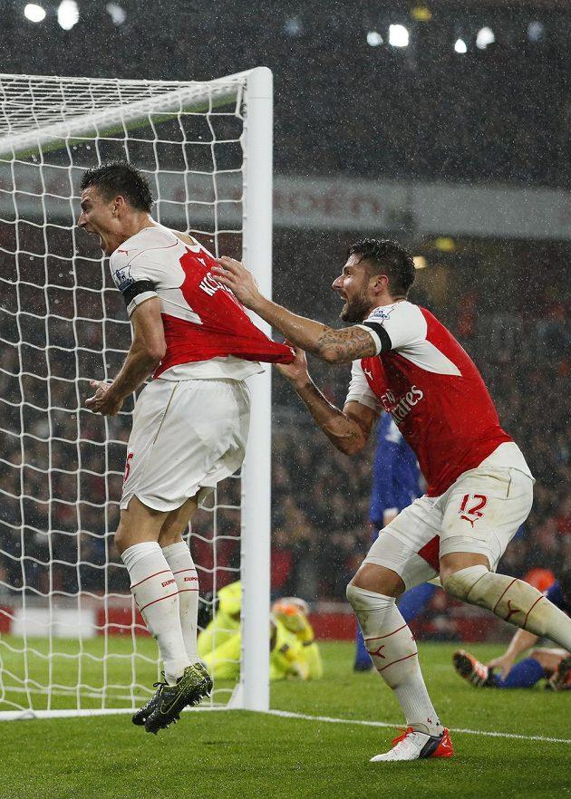 Obránce Arsenalu Laurent Koscielny (vlevo) slaví se spoluhráčem Olivierem Giroudem gól proti Evertonu v zápase 10. kola anglické Premier League.