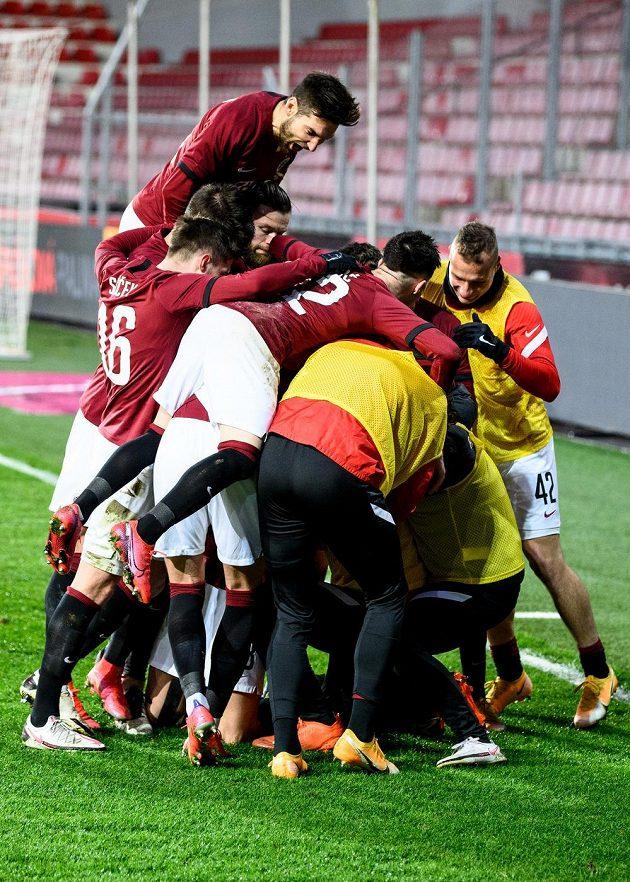 Fotbalisté Sparty Praha oslavují vítězný gól po proměněné penaltě během utkání osmifinále MOL Cupu s Baníkem Ostrava.