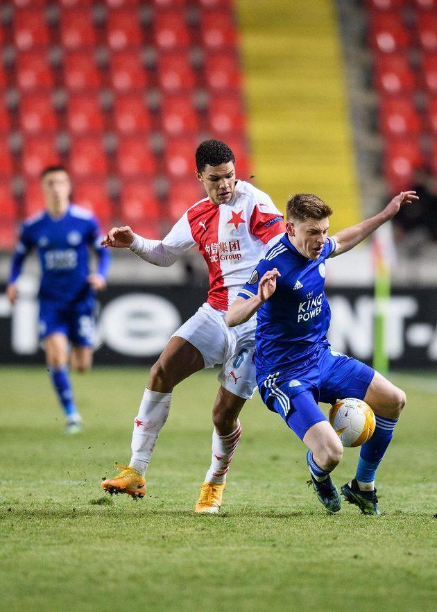 Alexander Bah ze Slavie Praha a Harvey Barnes z Leicesteru během utkání prvního kola vyřazovací části Evropské Ligy.