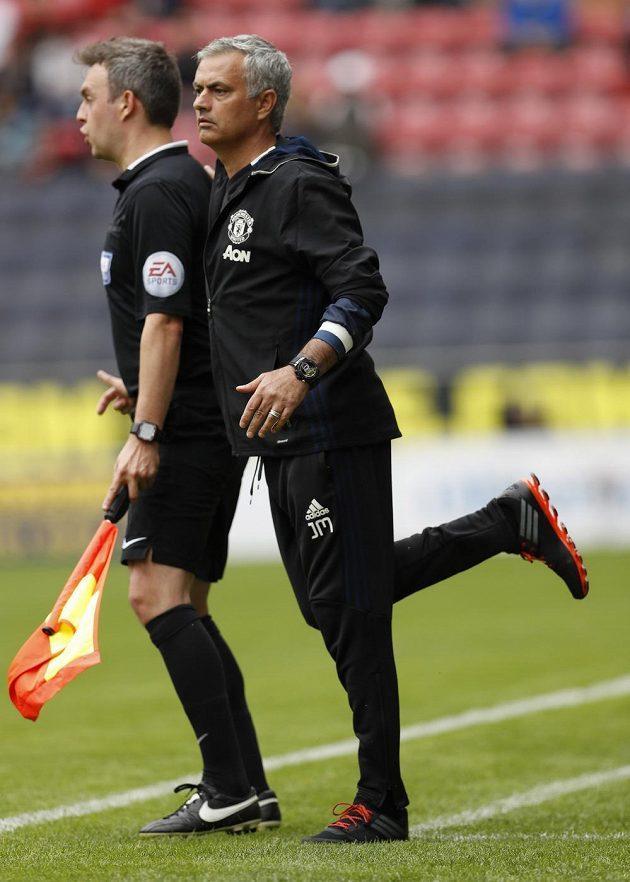 José Mourinho byl vděčným objektem pro fotografy. Zažil zápasovou premiéru u týmu Manchesteru United na hřišti Wiganu.