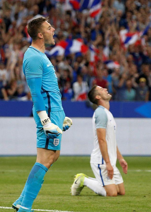 Zdrcení angličtí fotbalisté, brankář Jack Butland a obránce Gary Cahill po třetím inkasovaném gólu v utkání s Francií.