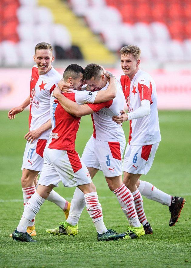 Fotbalisté Slavie Praha: Lukáš Provod, Nicolae Stanciu, Tomáš Holeš a David Zima oslavují gól na 1:0 během derby.