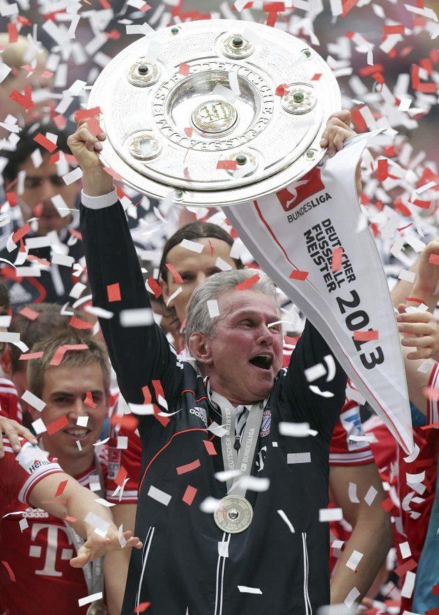 Kouč Jupp Heynckes s trofejí pro německé šampióny. Vrátí se s ním do Bayernu vítězná mentalita?