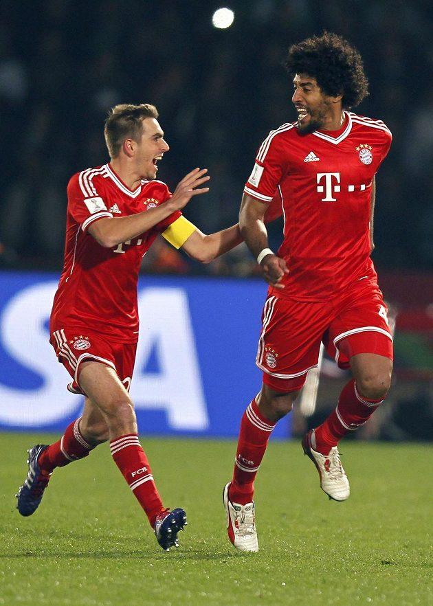 Dante (vpravo) oslavuje s kapitánem Bayernu Lahmem svůj gól proti Casablance.