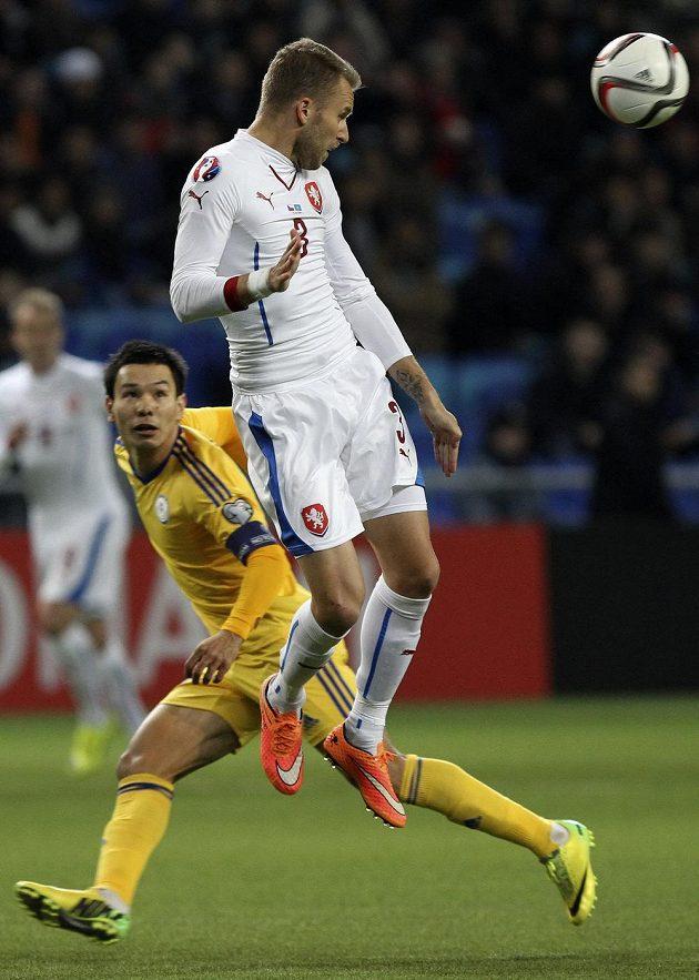 Michal Kadlec sklepává míč v zápase s Kazachstánem.