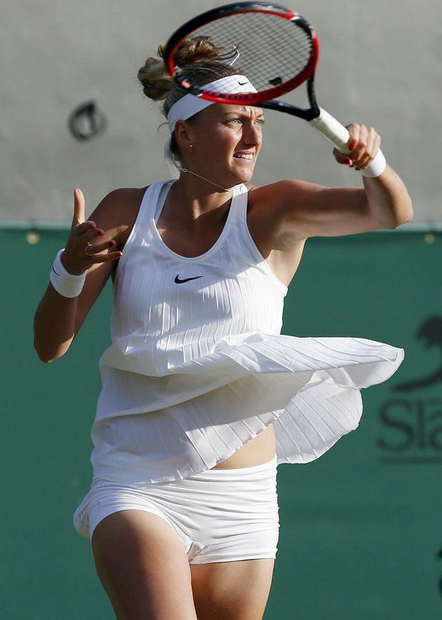 Česká tenistka Petra Kvitová v zápase s Ruskou Jekatěrinou Makarovovou v druhém kole Wimbledonu.