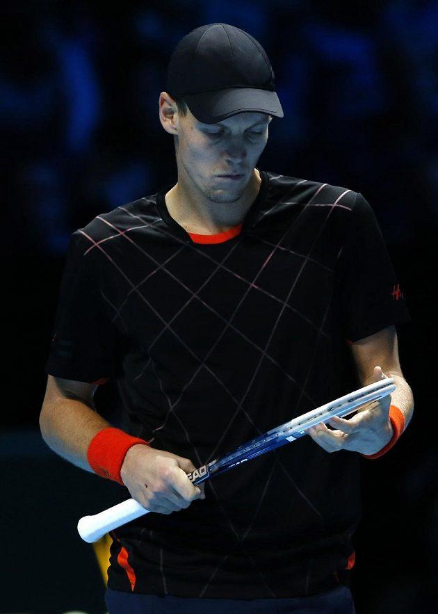 Český tenista Tomáš Berdych během utkání Turnaje mistrů proti Stanu Wawrinkovi.