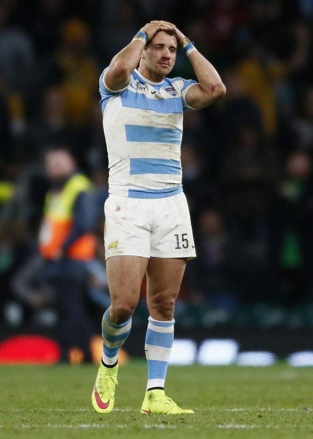Smutný argentinský ragbista Joaquin Tuculet po semifinálové porážce s Austrálií.