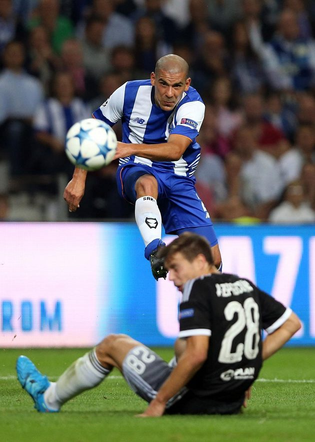 Maxi Pereira (nahoře) z Porta v souboji s Cesarem Azpilicuetou z Chelsea.