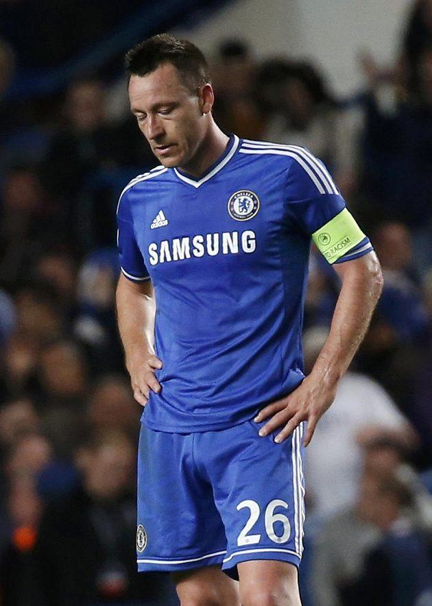 Smutný kapitán Chelsea John Terry po porážce s Atlétikem Madrid.