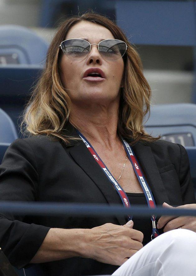 Bývalý rumunská gymnastická šampiónka Nadia Comaneciová v hledišti při semifinále US Open, v němž její krajanka Simona Halepová podlehla Italce Flavii Pennettaové.