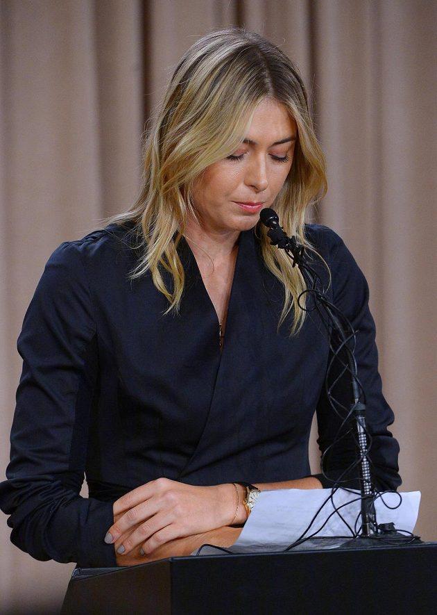 Ruska Maria Šarapovová během pondělní tiskové konference v Los Angeles.