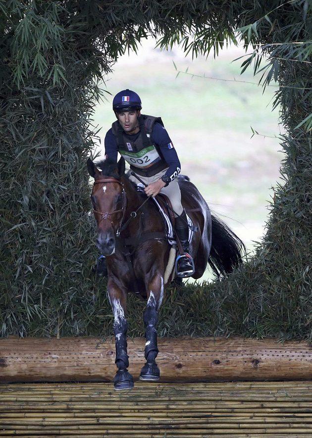 Snad to tudy tou dírou v roští vede k medaili. Francouz Nicolas Astier na koni Piaf De B'Neville při soutěži všestrannosti.