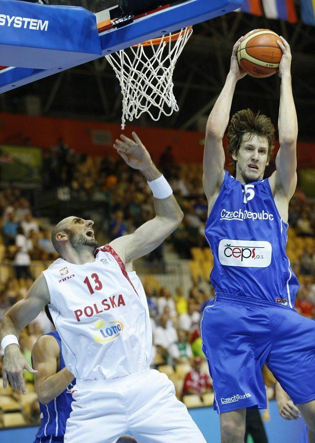 Basketbalista Jan Veselý (v modrém dresu) v duelu ME s Polskem.