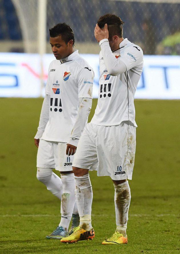 Zklamaní Dyjan Carlos De Azevedo a Davor Kukec z Ostravy po skončení zápasu.