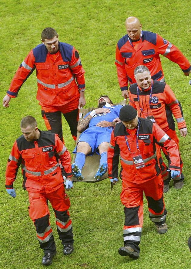 Záložník Dněpropetrovsku Matheus Leite Nascimento, který ve finále EL zkolaboval, opouští hrací plochu na nosítkách.