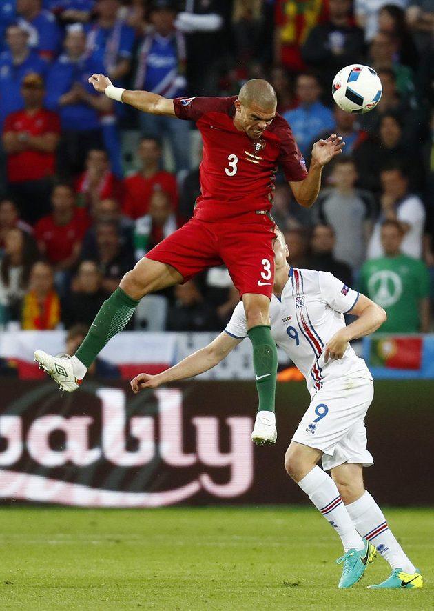 Kolbeinn Sigthórsson z Islandu (vpravo) a portugalský obránce Pepe během zápasu mistrovství Evropy.