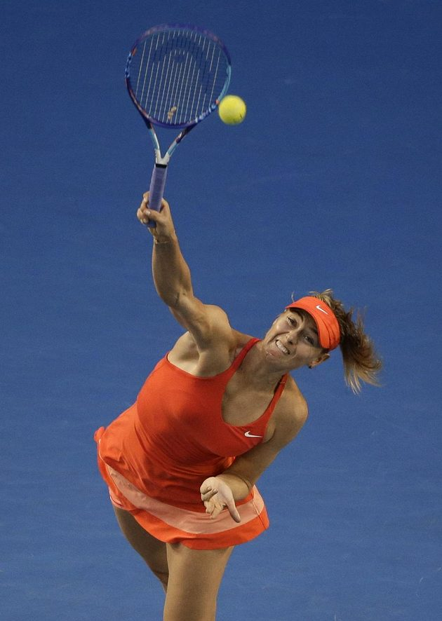 Ruska Šarapovová při svém podání ve finále Australian Open.