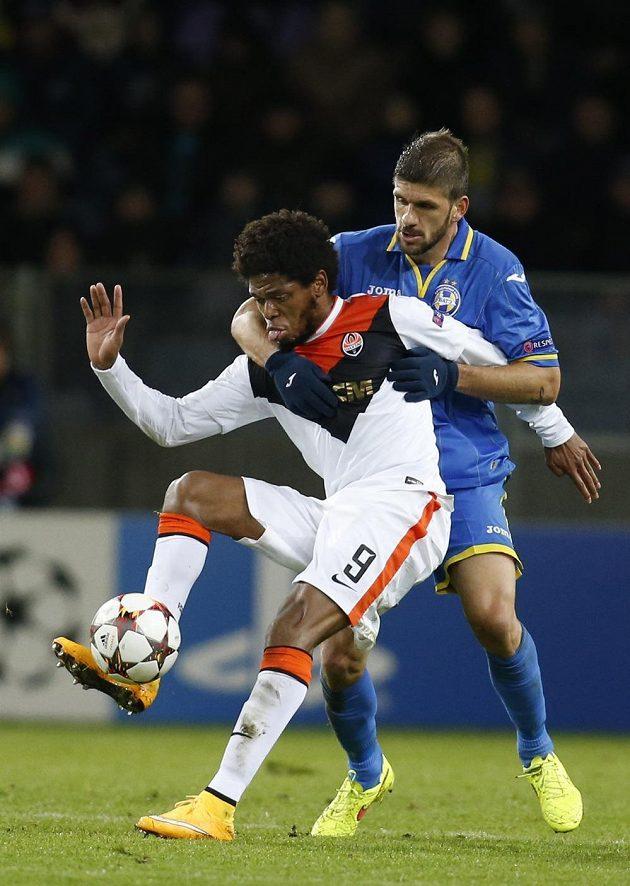 Luiz Adriano (vlevo) z Doněcku v souboji s Nemanjou Tubičem z BATE Borisov.