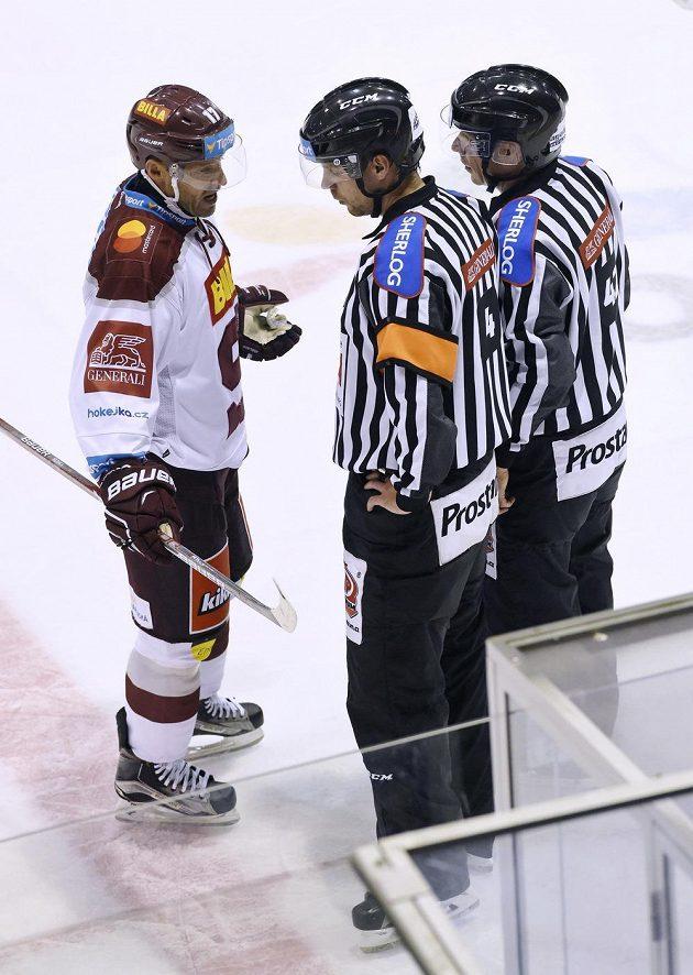 Kapitán Sparty Jaroslav Hlinka (vlevo) v diskuzi s rozhodčími.