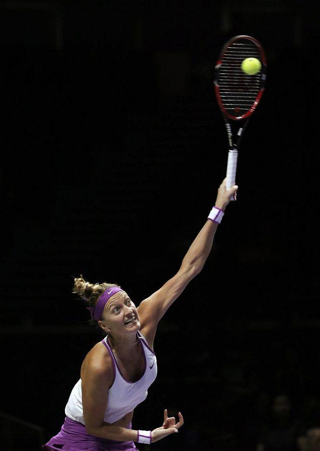 Česká tenistka Petra Kvitová podává v utkání se Španělkou Garbiňe Muguruzaovou.