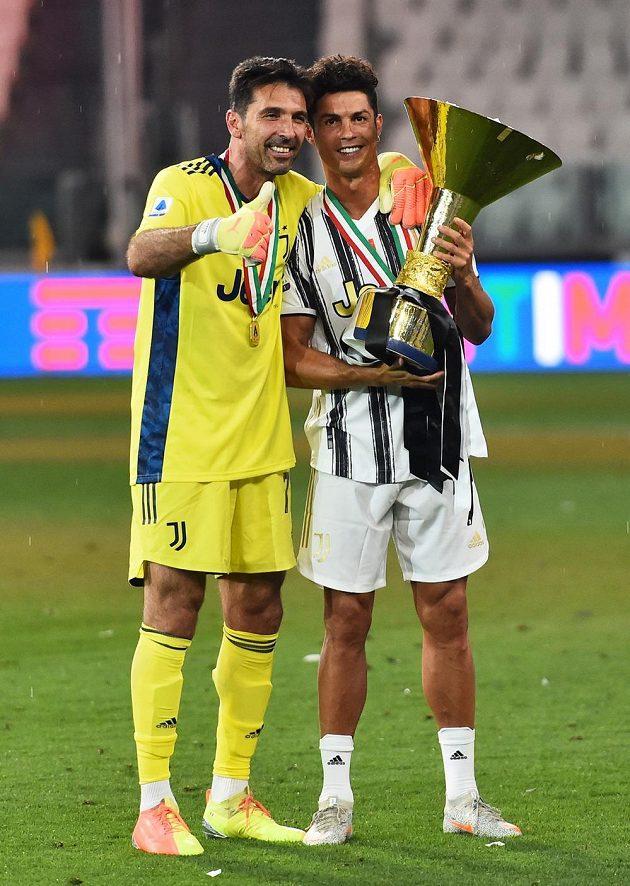 Dvě hvězdy fotbalového Juventusu Turín s mistrovským pohárem - slaví Cristiano Ronaldo a Gianluigi Buffon.