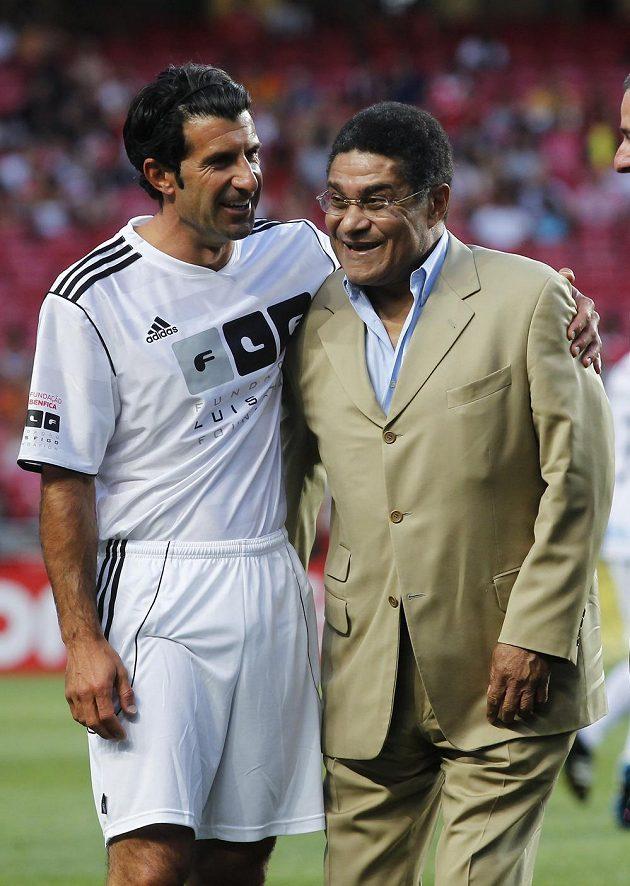 Eusébio v objetí s Figem po přátelském utkání Benfiky proti Figovu výběru.
