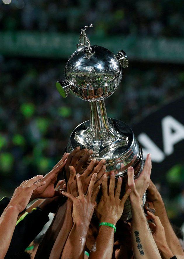 Hráči Atlétika Nacional zvedli nad hlavu trofej pro vítěze Copy Libertadores.