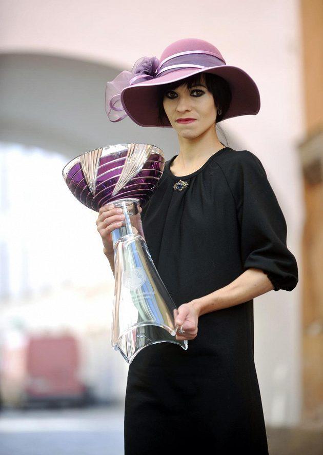 Po dvou letech, kdy na dostihu Velká pardubická kralovaly jako módní doplněk čelenky, se vracejí do módy klobouky ve stylu 30. let. Na snímku je Lucie Blehová s pohárem pro vítěze Velké pardubické.