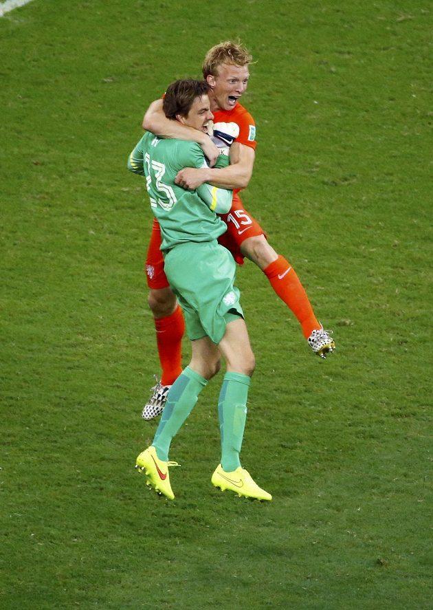 Nizozemští hrdinové: Tim Krul a Dirk Kuijt.