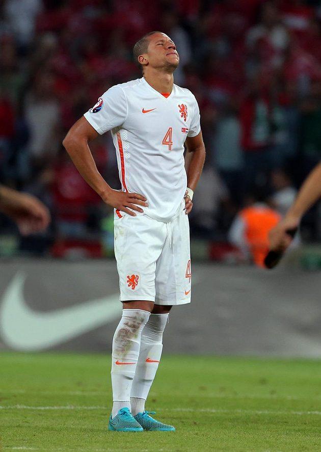 Smutný nizozemský stoper Jeffry Bruma po porážce v Turecku.