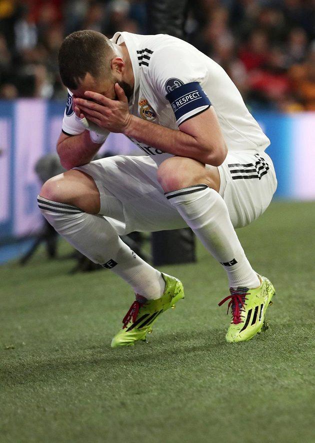 Útočník Realu Karim Benzema poté, co promarnil šanci.