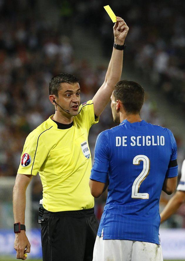 Ital Mattia De Sciglio dostal od rozhodčího Viktora Kassaie žlutou kartu.