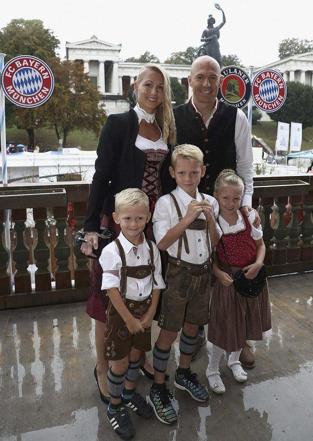 Nizozemský špílmachr bavorského velkoklubu Arjen Robben s manželkou Bernadien a ratolestmi.