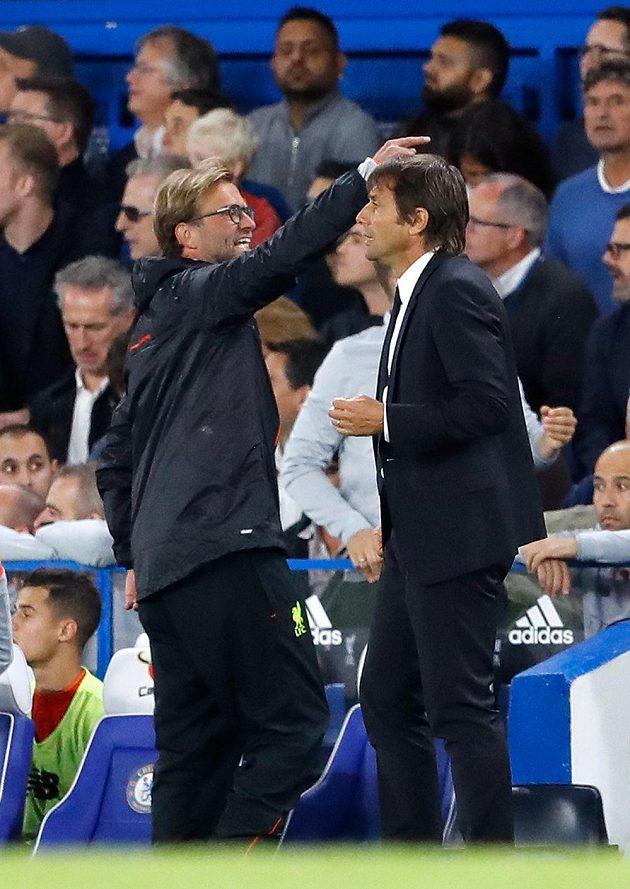 Oba trenéři v závěru utkání. Vlevo Jürgen Klopp, vpravo Antonio Conte.