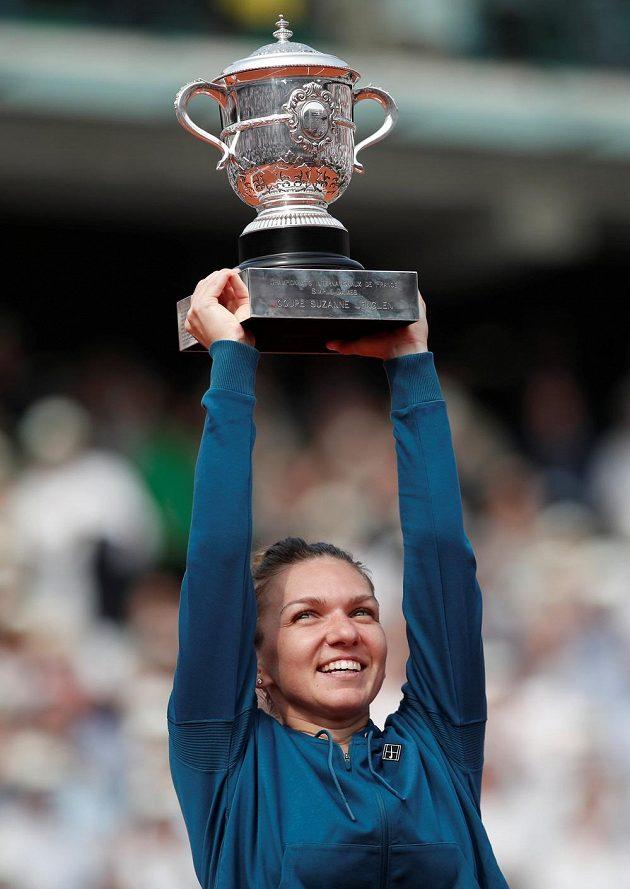 Světová jednička Simona Halepová poprvé v kariéře zvedla nad hlavu trofej pro vítězku French Open.