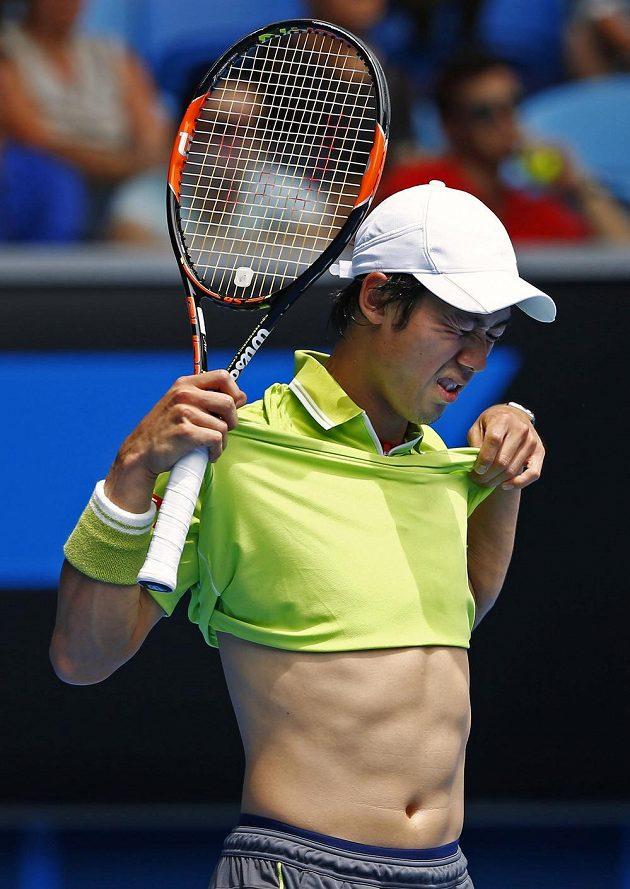 Reakce japonského tenisty Keie Nišikoriho po prohrané výměně se Španělem Almagrem.