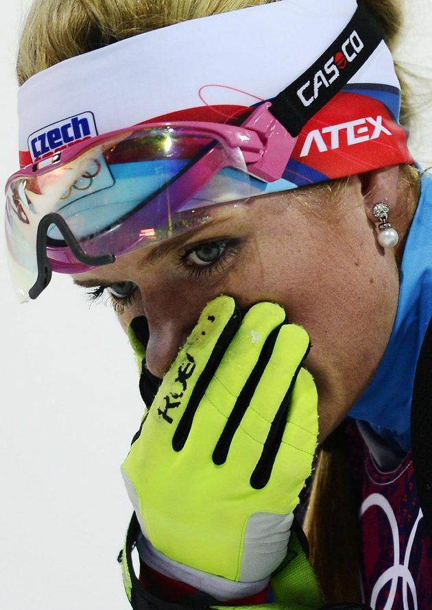 Zklamaná biatlonistka Gabriela Soukalová v cíli intervalového závodu na 15 km v Soči.
