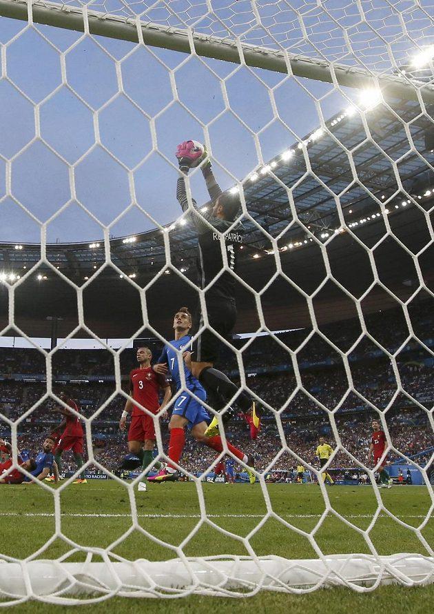Portugalský brankář Rui Patricio při zákroku.