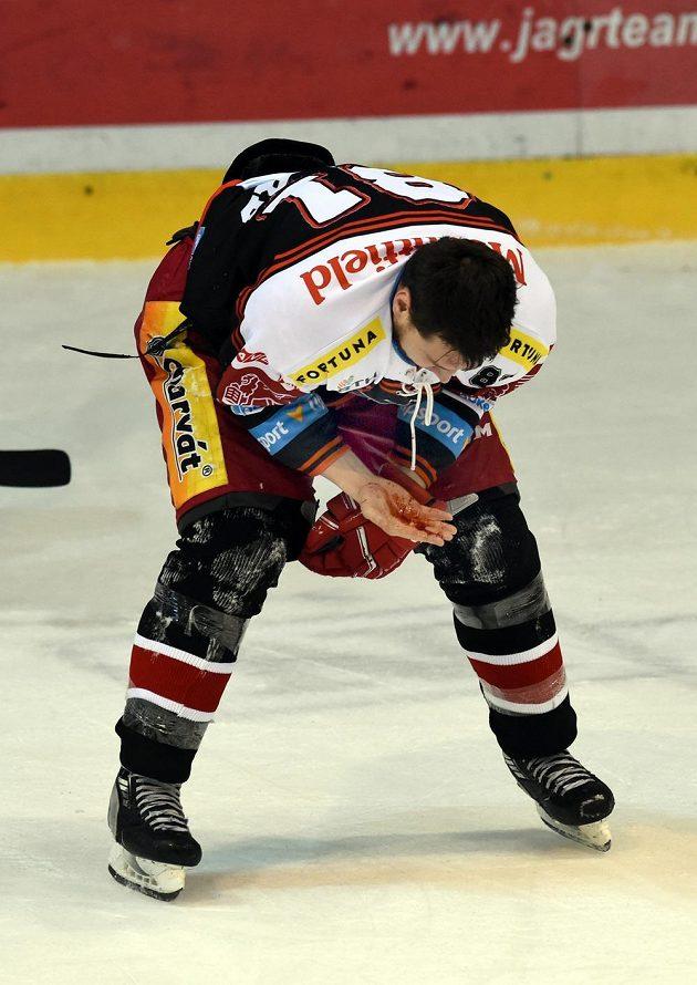 Zraněný Alexandre Picard z Hradce s rukou od krve odjíždí do kabiny během utkání v Litvínově.