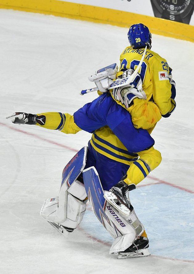Brankář Henrik Lundqvist ztrácí rovnováhu pod náporem Williama Nylandera. Je rozhodnuto, Švédové jsou mistry světa.