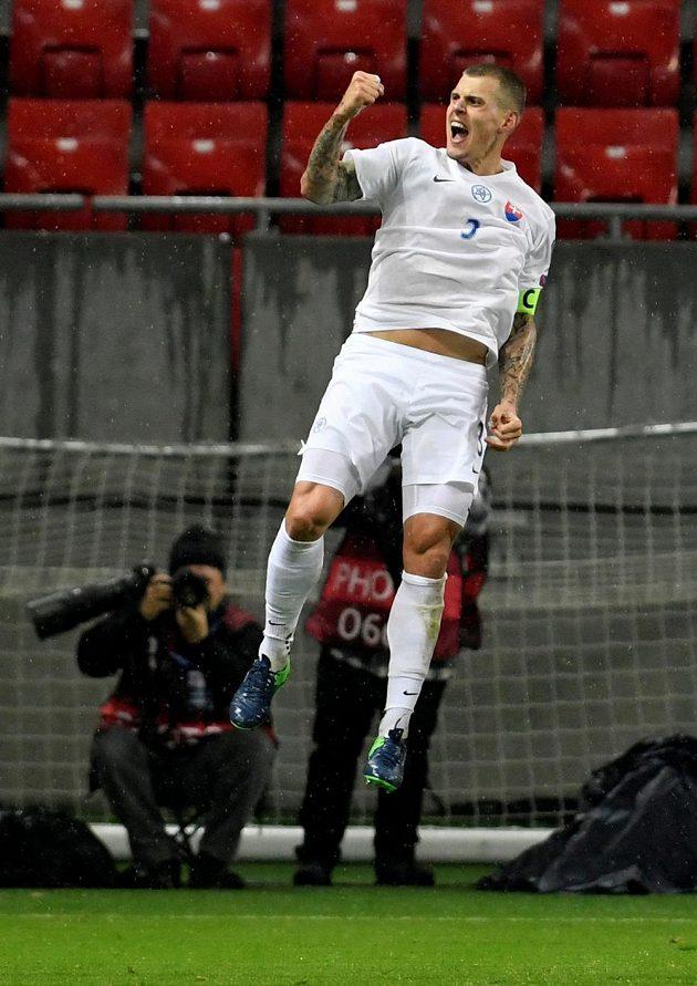 Slovák Martin Škrtel po vstřeleném gólu proti Litvě.
