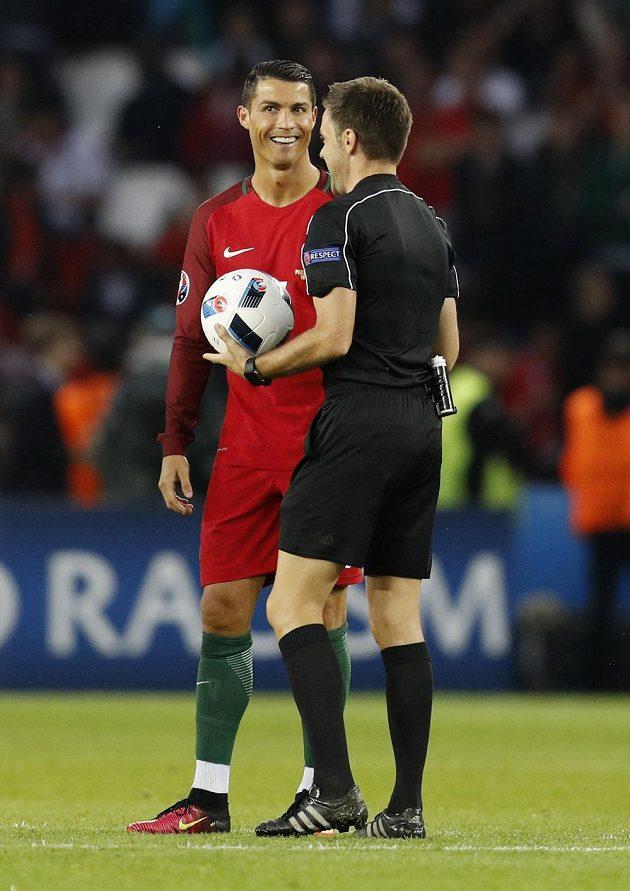 Portugalec Cristiano Ronaldo a rozhodčí Nicola Rizzoli z Itálie při utkání s Rakouskem.