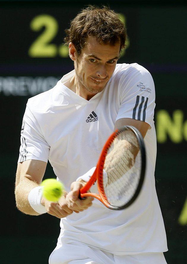 Andy Murray trefuje ve finále Wimbledonu míček.