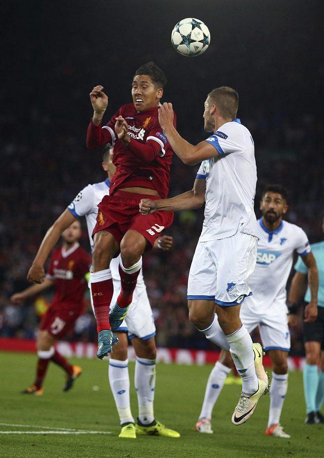 Liverpoolský Roberto Firmino (vlevo) ve vzdušném souboji s Pavlem Kadeřábkem z Hoffenheimu v odvetě play off Ligy mistrů.