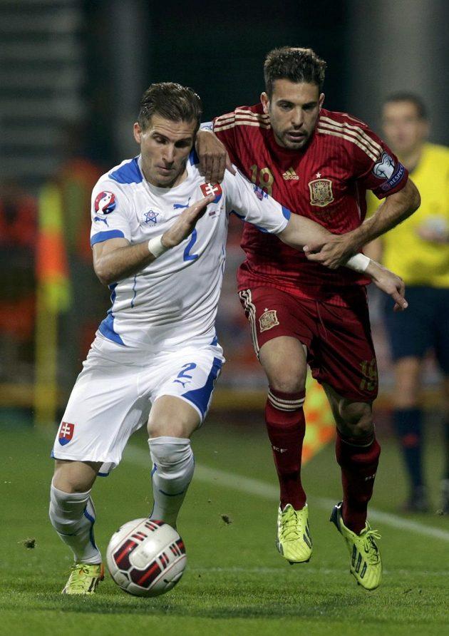 Slovák Peter Pekarík (vlevo) bojuje o míč s Jordi Albou ze Španělska.